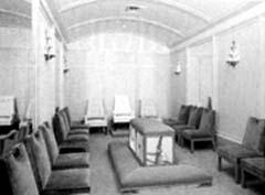 """В таких комнатах избранные мормоны участвуют в тайной церемонии """"запечатления брака"""". Как мы видим, в центре помещения расположено что-то вроде ложа, вокруг которого - кресла. Можно только догадываться, как происходит этот скрываемый от глаз посторонних обряд."""